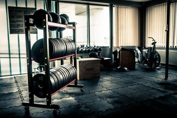 stojak na siłownię, stojak na obciążenie, talerze bumper, crossfit, akcesoria