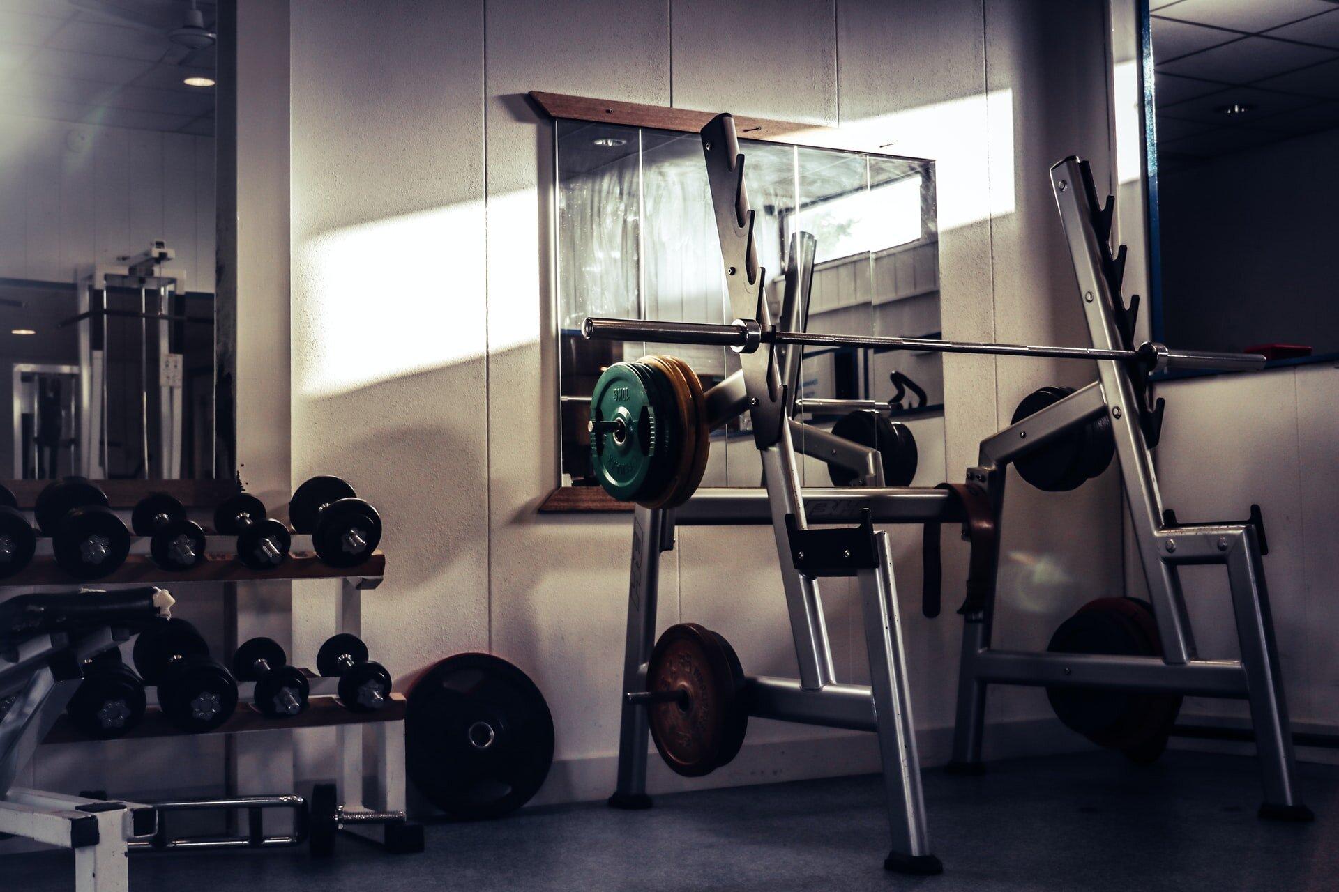Stojaki na siłownię – jakie wybrać ?
